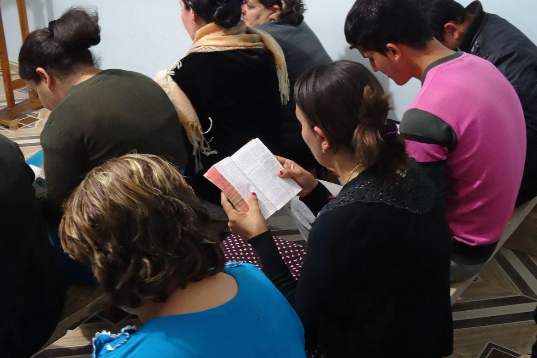 En kvinne leser i Bibelen i en av Algeries protestantiske kirker som er under press.