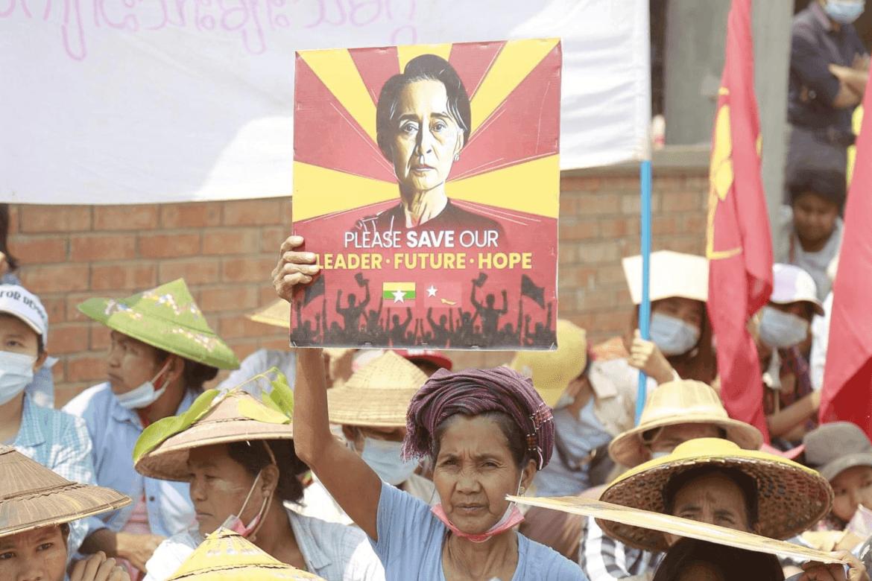 Demonstranter krever Aung San Suu Kyi fri.