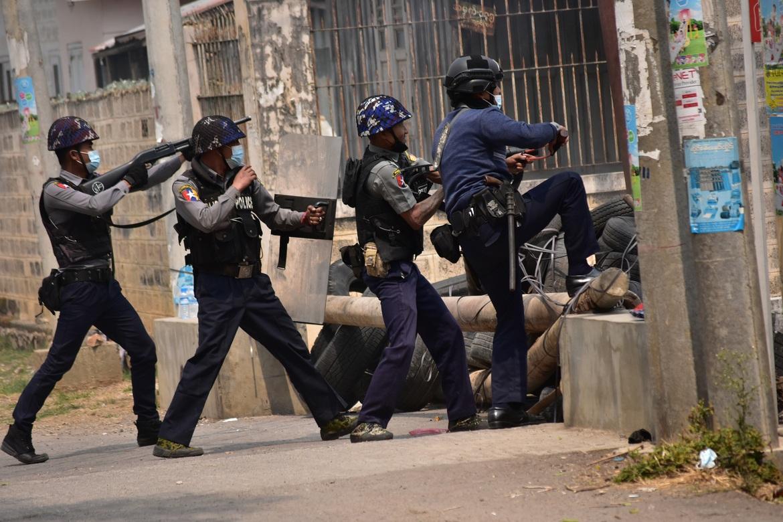 Hærens opprørsstyrkar slår til mot demonstrantar i Yangon.