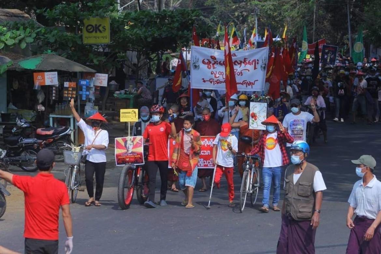 Demonstranter mot kuppet - i storbyen Yangon