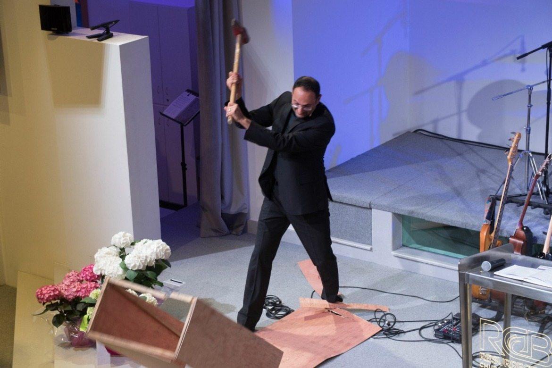 Pastor Hikmat Kashouh i Beirut brukte slegge i en påskepreken i 2017. Han går også løs på det politiske vanstyret i hjemlandet.