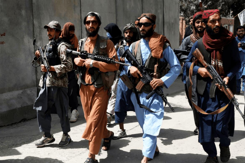Taliban-krigarar marsjerer i Kabul.
