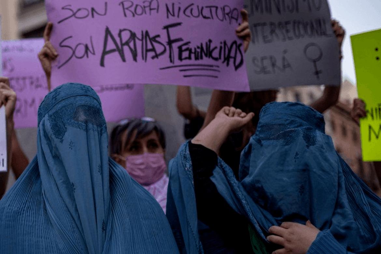 Afghanistan: Protest i Barcelona i Spania mot Talibans undertrykking av kvinner i Afghanistan.