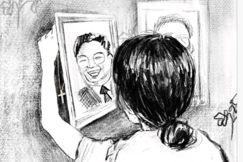 Et halskjede med et kors somSumihadde fått i gave, ble gjemt bak portrettet av KimJong-unnår hun ikke hadde det på seg.