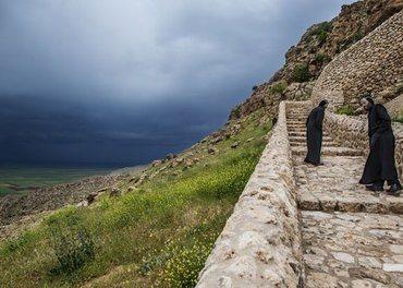 o munker viser vei til Mor Gabriel-klosteret. Utsikt over Tur Abdin.