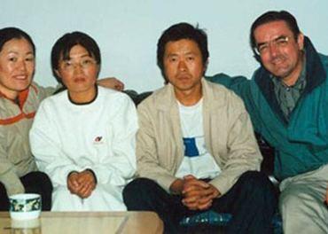 Tim A. Peters (til høyre) sammen med nordkoreanske flyktninger i Kina. (Foto: Helping Hands Korea)
