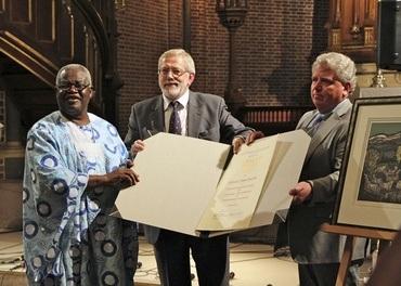 Stefanusprisen 2012: Samuel L. S. Salifu overrekkes prisen av generalsekretær Bjørn A. Wegge og styreleder Reidulf Stige. (Foto: Gisle Skeie)