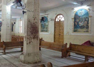 Blodet sit på veggane etter terroren i St Georg-kyrkja i Tanta i Egypt.