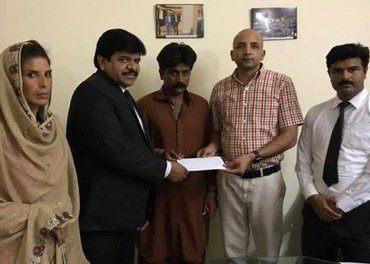 Familien til Shhahzad Masih får hjelp av Sajid Christopher Paul, Stefanusalliansens partner (nummer to fra høyre).
