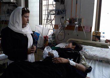 Beenish Sikandar fra Human Friends Organization i Quetta besøker en av de skadede etter terrorangrepet mot en kirke i byen 3. søndag i advent.