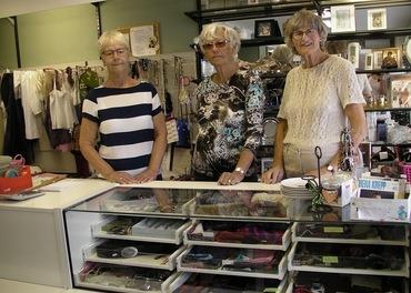 Bjørg Augunsrud, Marit Lobben og Gunvor Haug er tre av de som har stått på i fem år for gjenbruksbutikken i Veggli.