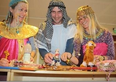 På bildet ser vi flere i staben i Bjørketun i rollespill med utgangspunkt i Kairo i Egypt. (Foto: Bjørketun)
