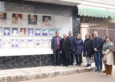 Samling foran minnesmerke for ofrene i Youhanabad.