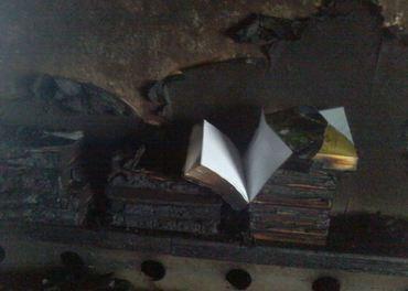 Flammene slukte alterduken, men stoppet før de nådde den oppslåtte Bibelen.