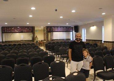 Endelig er kirken i Antalya ferdig! Pastor Ramazan Arkan er glad. Men også urolig over situasjonen i Tyrkia. Her er han sammen med yngstesønnen Joshua i den nye kirken.