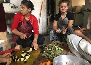 Malene Juul skreller og kutter grønnsaker sammen med egyptisk ungdom på Anafora, retreatstedet biskop Thomas har bygget opp og som Stefanusalliansen støtter. Foto: privat