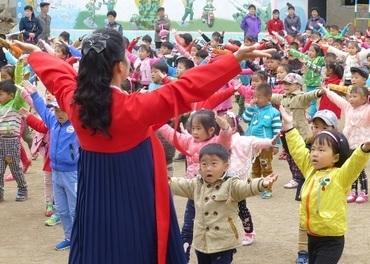 Det er morgen i skolegården i Rajin by.