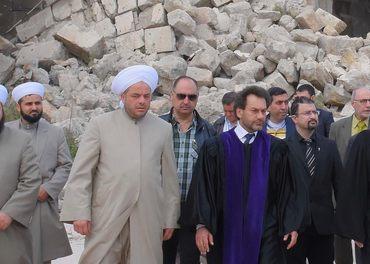Haroution Selimian sammen med blant andre muslimske representanter inspiserer ødeleggelser i hjembyen Aleppo.