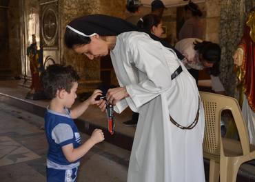 Søster Muntaha hjelper en gutt med å komme i gang igjen med livet i Qaraqosh.
