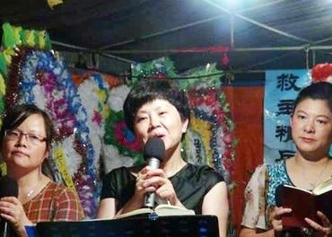 Zhang Xiuhong  (i midten) er sett fri på vilkår.