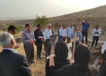 Yusuf Begtas deltar i en begravelse i den lille byen Hassana. Denne ble evakuert i 1993, men nå har noen syrisk-ortodokse kristne flyttet tilbake til den forlatte landsbyen. Når mennesker som har emigrert til Vesten velger å bli gravlagt i landsbyen, gir det håp for dem som er igjen.