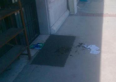 Eit nytestamente vart tent på framfor ei kyrkje i Izmir. Hendinga som skjedde i juli i fjor. Foto: TEK