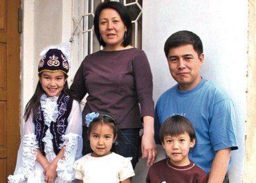 Ekteparet Guljan og Maksat Töröbekov leder familiearbeidet. Her er de sammen med sine tre barn, og jentene har pyntet seg for fotografen med tradisjonelle kjoler. (Foto: Bjørn A. Wegge)