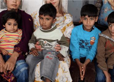 De fire barna vet ikke når de får se pappa igjen. Han er fengslet, beskyldt for blasfemi.
