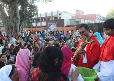 Langfredag-samling utenfor en av de katolske kirkene i Youhanabad i Lahore i Pakistan.