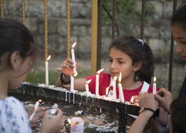 Kristne barn i ein landsby i Kurdistan tenner tys.