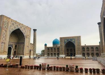 I Usbekistan er identiteten sterkt knyttet til det å være muslim. Rundt Registan-plassen i Samarkand ligger tre gamle og kjente koranskoler (madrassaer).