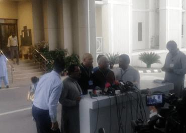 Frå pakistansk høgsterett måndag: Sajid Christopher Paul og andre møter pressa etter at retten var over.