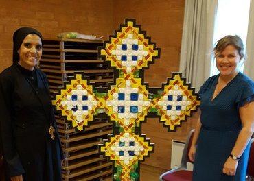 Søster Theodora sammen med Torbjørg Torp-Nilsen i Holmlia kirke i Oslo.