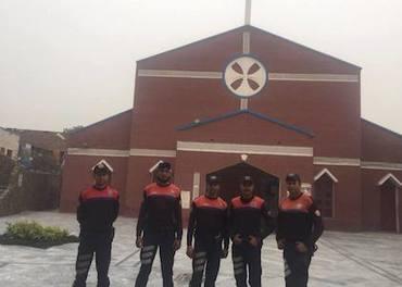 Politifolk vernar ei kyrkje i den kristne bydelen Youhanabad i Lahore i Pakistan etter frikjenninga av Asia Bibi onsdag 31. oktober.