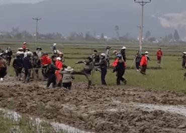 Politi jaga kristne som kjempa for jorda si i ein landsby i Vietnam.