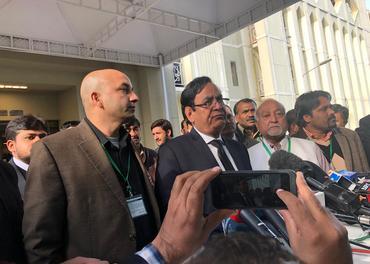 Sajid Christopher Paul (t.v.) saman med Asia Bibis advokat Saiful Malook møter pressa etter at Pakistans høgsterett stadfesta at Asia Bibi er frifunnen.