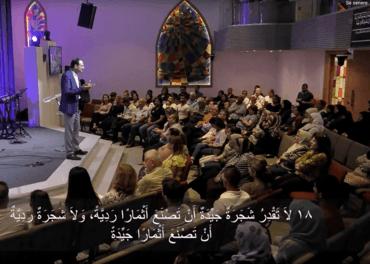 Resurrection Church i Beirut har tatt imot mange flyktninger. Menigheten hjelper dem med mat, helsesjekk, skolehjelp for barn og et liv i smågrupper. Her er pastor Hikmat Kashouh på podiet i hovedkirken. Foto: Resurrection Church Beirut.