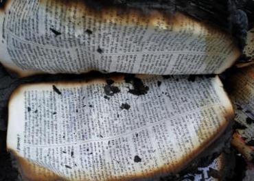 Ein bibel blei brent etter eit bønemøte i Tamil Nadu-delstaten.