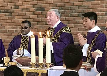 Biskop Bernt Eidsvig leia minnegudstenesta for terroroffera på Sri Lanka – i Bredtvedt kirke i Oslo 26. april.