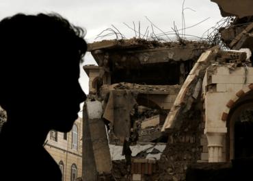 Krigen er i ferd med å ødelegge Jemen. Bildet viser en mann som ser på skadene av et flyangrep i byen Sanaa.