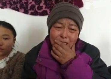 En uigur-kvinne gråter over overgrepene mot hennes folk og familie.