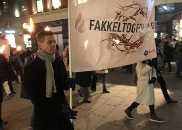 Knut Arild Hareide gikk fremst i fakkeltoget i Oslo der temaet var kvinner som lider for sin tro.