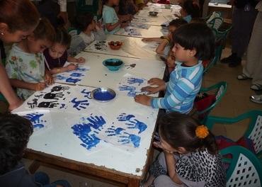Du kan, som disse barna i Kairo i Egypt, bruke farger. Tegn en oppmuntring til en fengslet kristen i Kina.