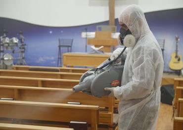 Kristne i Midtausten: Friviljuge frå baptistkyrkja RCB har desinfisert ei rad andre kyrkjer.