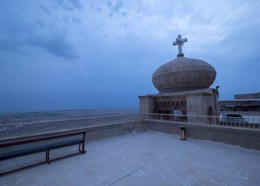 På klosteret Mar Mattai i Nord-Irak står korset over Ninive-sletten herjet av krig. Her har det vært kors og kloster i over 1600 år.