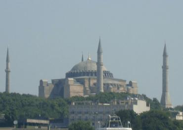 Hagia Sofia vart bygt som kyrkje i Konstantinopel mellom 532 og 537, blei erobra og gjort til moské i 1453, blei museum i 1935 og moské igjen i juli 2020.