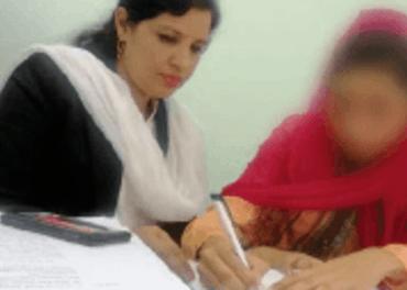 Maira Shahbaz saman med advokat  Sumera Shafique. Av tryggingsgrunnar viser vi ikkje andletet til Maira.