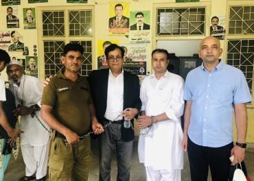Asif Pervaiz (i kvitt) i lenker i retten i Lahore saman med Sajid Christopher (t.h.), advokat Saif Ul Malook (svart jakke) og ein politimann.