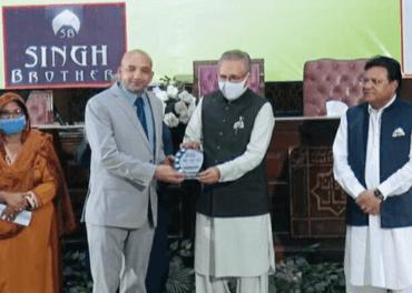 Sajid Christopher, som leder Stefanusalliansens partnerorganisasjon i Pakistan, får pris av president Arif Alvi.