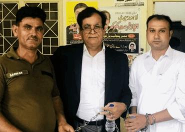 Kristne i Pakistan: Asif Pervaiz i retten før han blei dømt til døden for blasfemi. Saman med ei politivakt og advokat Saif Ul Malook.